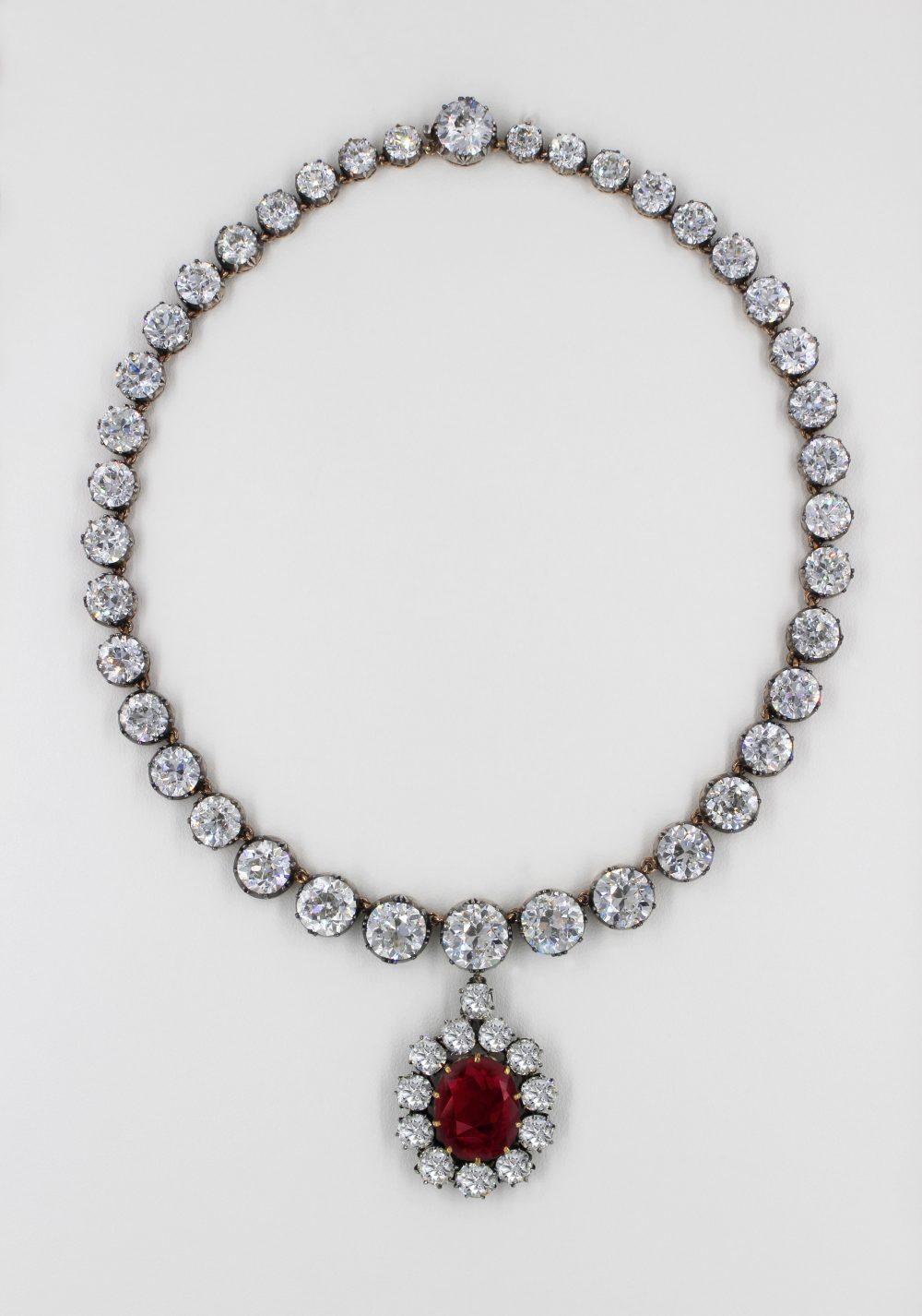 Girocollo di diamanti taglio brillante e pendente rubino ovale sangue di piccione, del peso di 15 kt, firmata DeGem